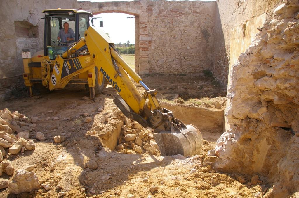 pub-4 excavacio maquina muralla palol.jpg